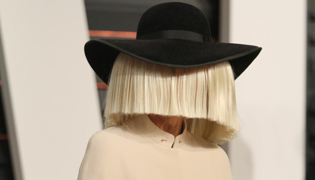 <strong>NORMALT:</strong> Sia er glad i å skjule ansiktet sitt, noe som med årene har blitt hennes varemerke. Privatlivet verner hun like godt om. Foto: NTB scanpix