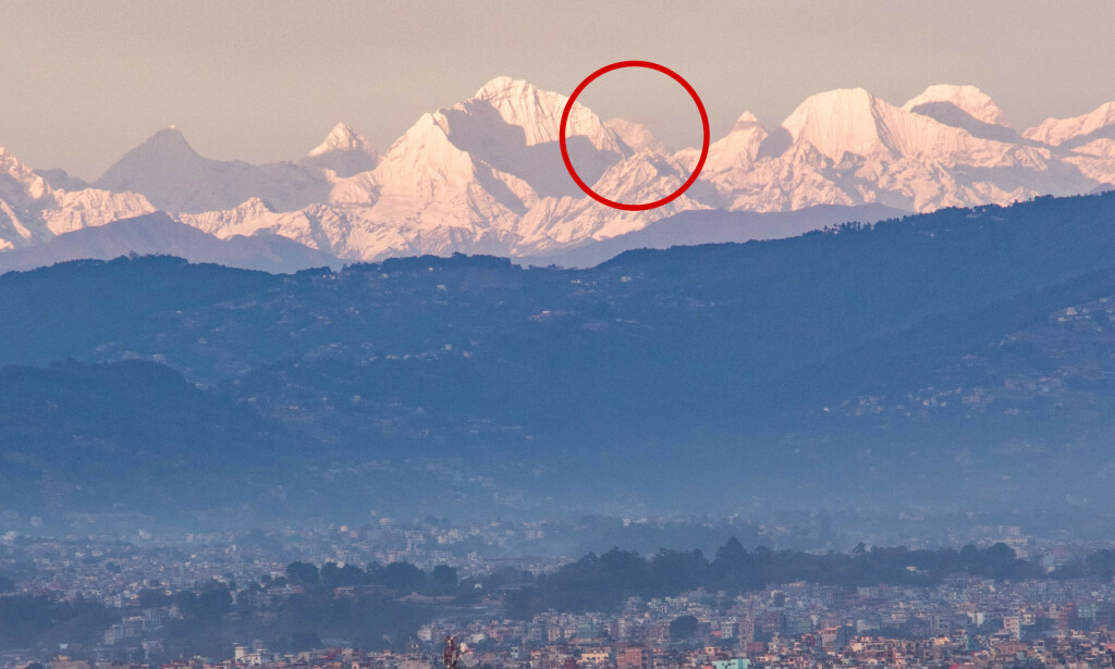 SE!!: På dette spektakulære bilde av Himalayas fjellkjede ses Mount Everest for første gang på veldig lenge fra Kathmandu-dalen. Mount Everest ses bak Mount Kang Nachugo og Mount Chobutse. Bildet er tatt 10. mai fra Chobar. Foto: Abhushan Gautam