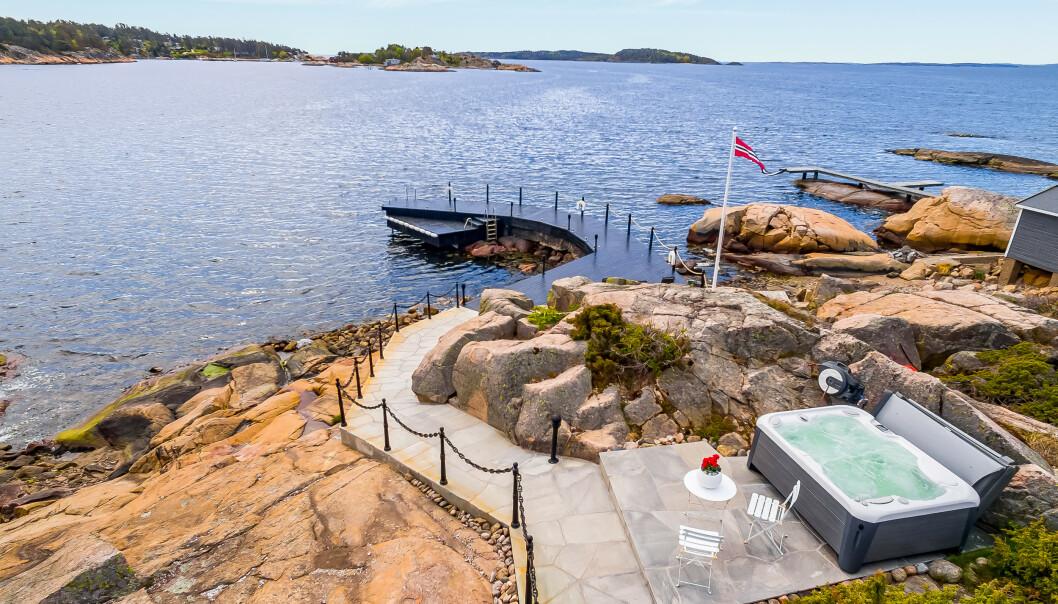 <strong>SJØTOMT:</strong> Eiendomsmegler Petter Birkrem har fått i oppdrag å selge fritidseiendommen på Skjæløy. Foto: Invisio