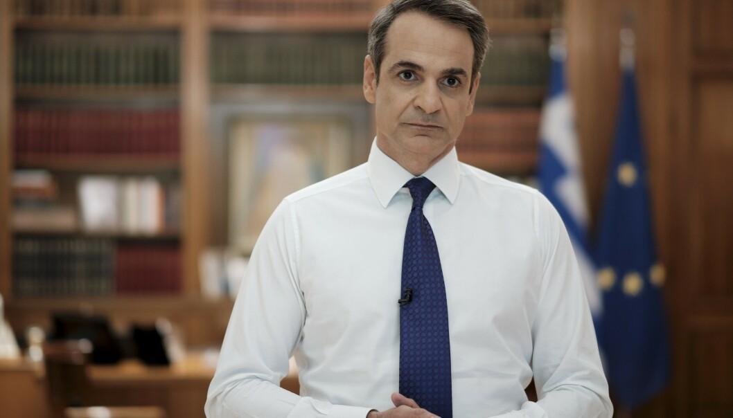 <strong>TALE:</strong> Hellas' statsminister Kyriakos Mitsotakis taler til nasjonen i en TV-sendt tale onsdag kveld. Foto: Dimitris Papamitsos/Greek Prime Minister's Office via AP
