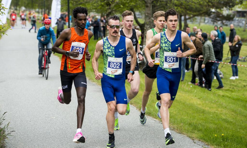 DUO: Jakob Ingebrigtsen (t.h.) har nå den norske rekorden på 5000 meter både på bane og gate. Storebror Henrik tok annenplassen i onsdagens løp på Forus. Foto: Carina Johansen / NTB scanpix