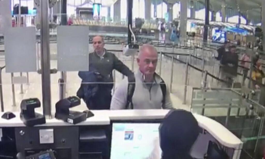 VIA TYRKIA: Michael L. Taylor og George-Antoine Zayek i passkontrollen på flyplassen i Istanbul 30. desember. Foto: AP