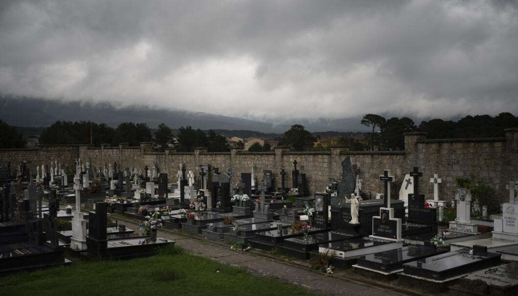 Tunge skyer henger over en kirkegård i Duruelo de la Sierra i den spanske provinsen Soria i slutten av april. Soria er et av de minst tett befolkede områdene i Europa, men har registrert en svært høy dødsrate under coronapandemien. Foto: Felipe Dana / AP / NTB scanpix