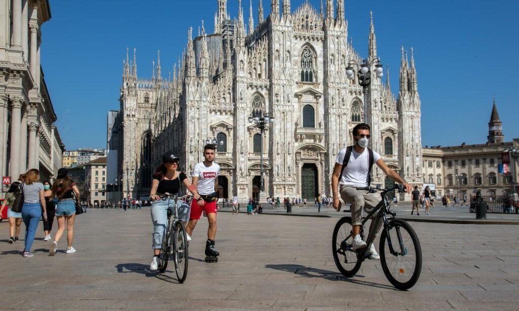 ADVARER: Onsadag var det folk igjen på plassen for domen i Milano i Italia. EUs smittevernsjef advarer nå mot lettelsene i mange europeiske land på kort tid i smittevernreglene mot corona. Foto: Impa/NTB Scanpix.