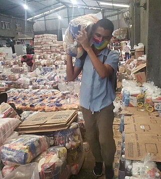 DELER UT FORSYNINGER: Sammen med flere organisasjoner har Adams Souza samlet inn penger for å bruke på mat og hygieneprodukter i flere av Rio de Janeiros favelaer. Foto: Privat