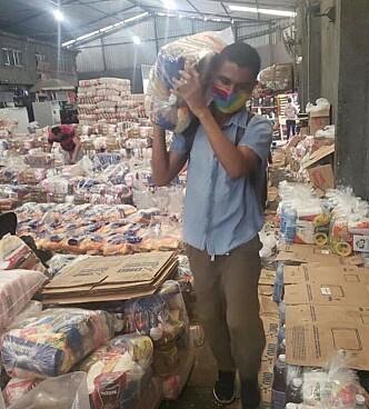 <strong>DELER UT FORSYNINGER:</strong> Sammen med flere organisasjoner har Adams Souza samlet inn penger for å bruke på mat og hygieneprodukter i flere av Rio de Janeiros favelaer. Foto: Privat