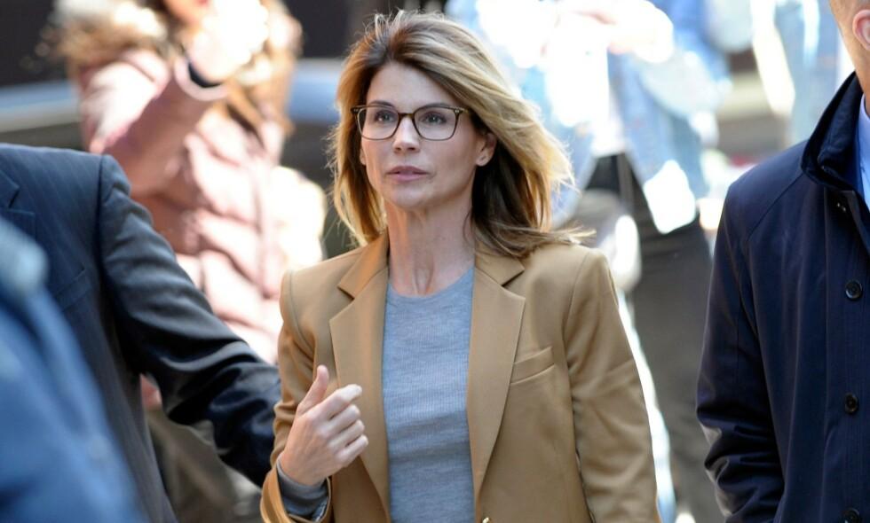 NÅ SNUR DE: Skuespiller Lori Loughlin og ektemannen Mossimo Giannulli har nå blitt enige om å erklære seg skyldige i den mye omtalte universitetsskandalen. Foto: NTB Scanpix