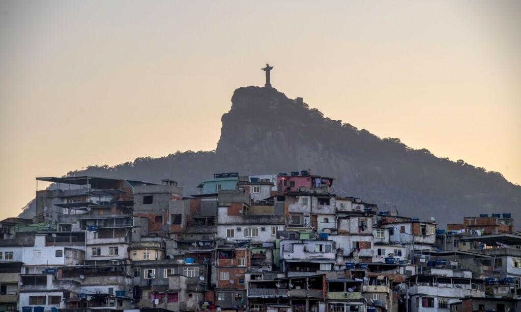 HARDT RAMMET: Brasil er hardt rammet av coronaviruset. Men myndighetene er slett ikke enige om virusets alvorlighetsgrad eller strategi for å håndtere pandemien. I Rio de Janeiro har blant annet narkotikaligaene gjort grep for å få folk til å holde seg hjemme. Foto: AFP/NTB Scanpix