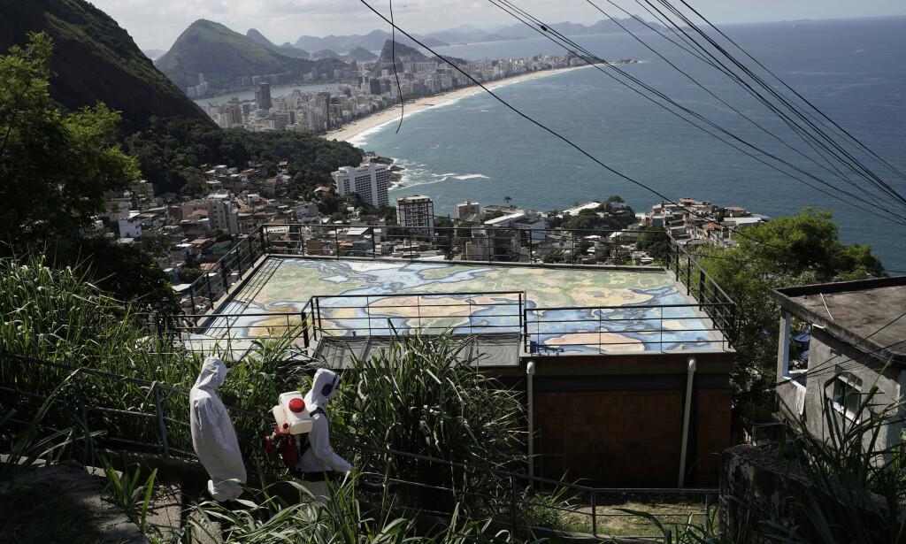 DESINFISERES: Trappetrinnene opp til et av utsiktspunktene i Vidigal-favelaen desinfiseres i et forsøk på å stanse spredningen av viruset. Foto: Silvia Izquierdo/ AP