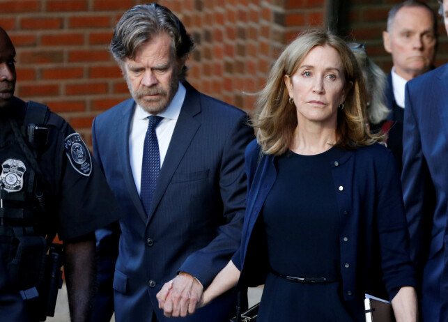 BLE DØMT: Skuespiller Felicity Huffman sonet to uker i fengsel som følge av universitetsskandalen. Her avbildet med ektemannen William H.Macy i fjor. Foto: NTB Scanpix