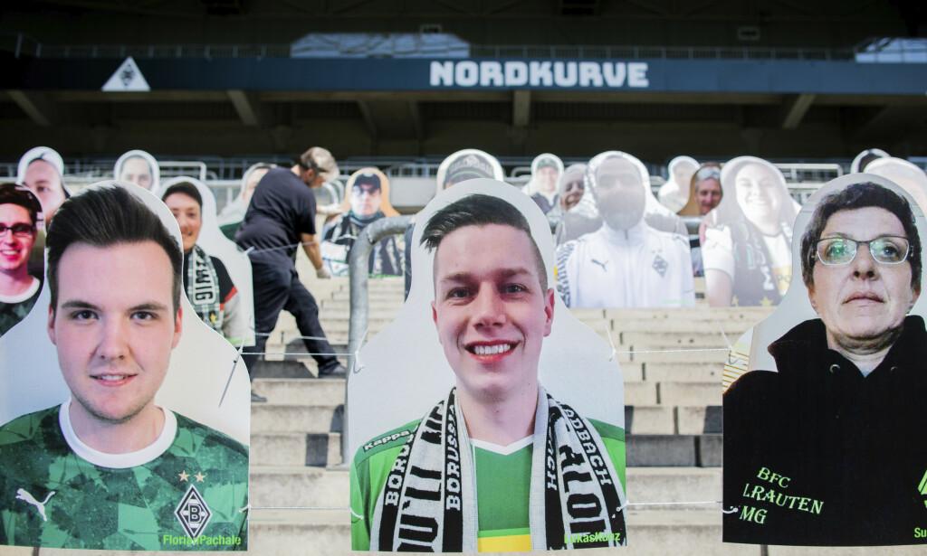 PAPPFIGURER: Gladbach-supporterne er på plass mot Leverkusen. Foto: Rolf Vennenbernd / DPA via AP / NTB scanpix
