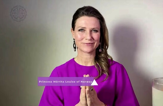 IGJEN: I livesendingen på YouTube tituleres Märtha Louise som prinsesse av Norge samtidig som hun introduserer seg selv som prinsesse Märtha Louise. Foto: Skjermdump