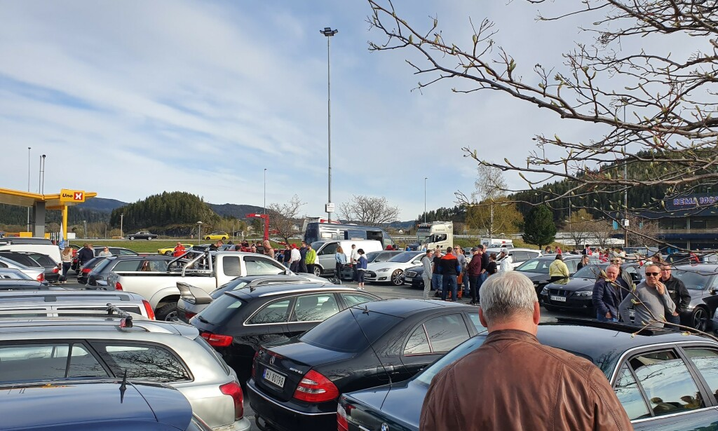 HELL: Parkeringsplassen på Hellsenteret var torsdag kveld stappfull av biler. Foto: Bjørn Lian.