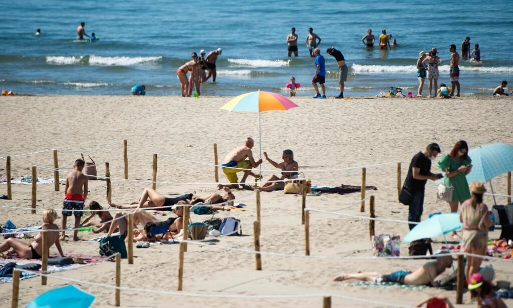 SONE: Stranda i Sør-Frankrike er delt opp i soner, og det er bare lov å være seks personer innenfor hver sone av gangen. Foto: Clement Mahoudeau / AFP.