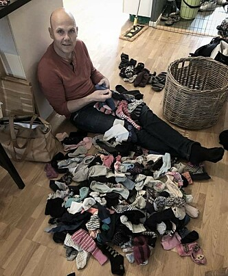 HVERDAGS-PUSLESPILL: I en storfamilie blir alt forstørret, også haugen med enslige sokker. FOTO: Privat