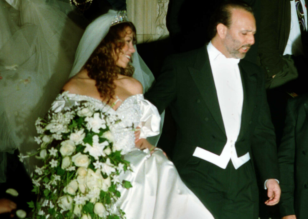 Mariah Carey og musikkmogul Thomas Mottola forlater vielsen i St. Thomas Episcopal Church i New York 4.juni 1993. Foto: AP Photo/Mike Alexander/NTB Scanpix