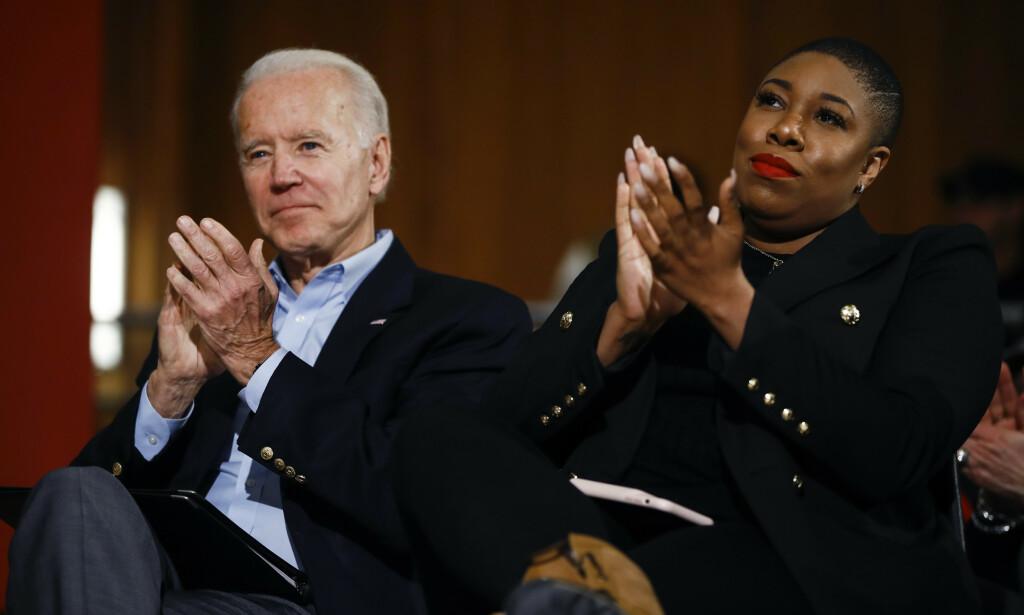 BIDEN-RÅDGIVER: Symone Sanders avbildet med Joe Biden i januar i år. Foto: AP / Matt Rourke