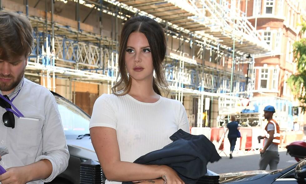 FULL STORM: Det har stormet rundt Lana Del Rey den siste tida - etter at hun gikk hardt ut mot kvinnelige artister og musikkbransjen. I etterkant har hun blitt beskyldt for å ha rasistiske holdninger, noe hun nå slår tilbake mot. Foto: NTB Scanpix