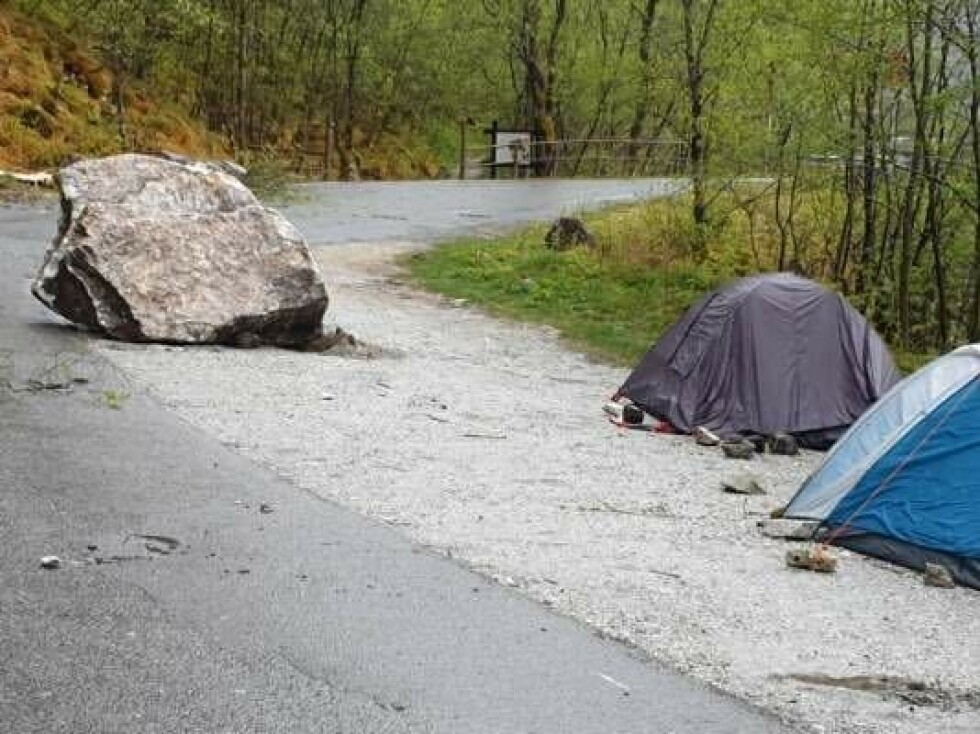 STEINRAS: Store steiner landet rett ved teltene. Foto: Roald Jordalen