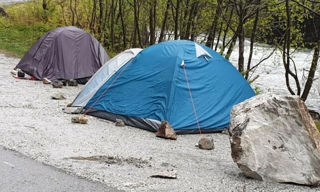NÆRE PÅ: Flere steiner var nær å treffe teltene. Foto: Roald Jordalen