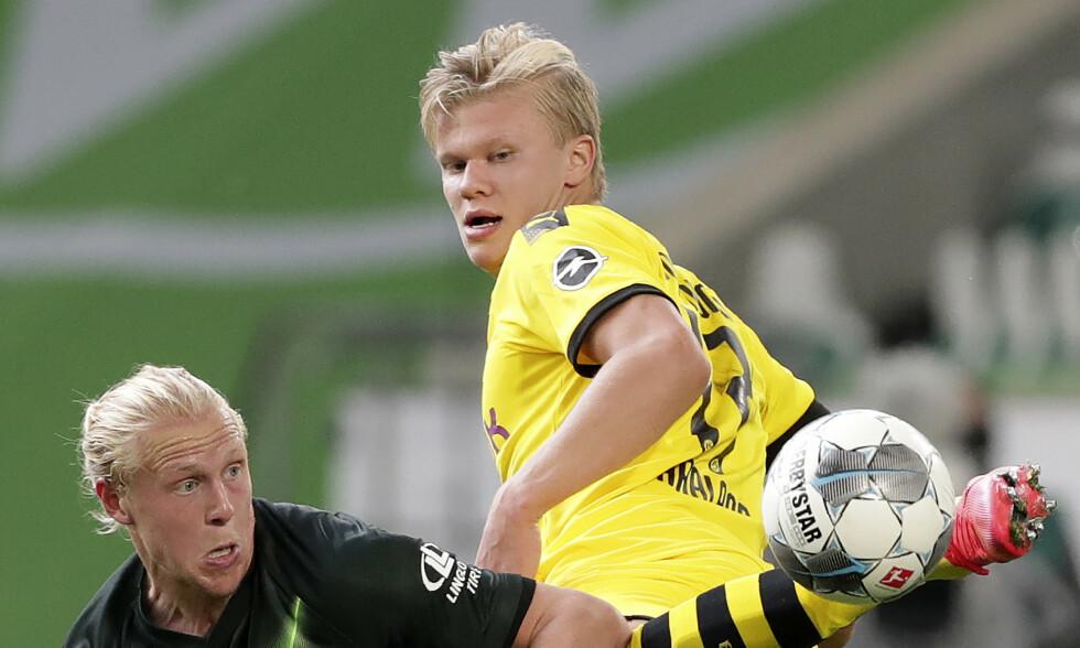 DUELL: Erling Braut Haaland og Borussia Dortmund vant 2-0 over Wolfsburg, men nordmannen tegnet seg ikke på scoringslista. Her i duell med Wolfsburgs Xaver Schlager. Foto: NTB scanpix