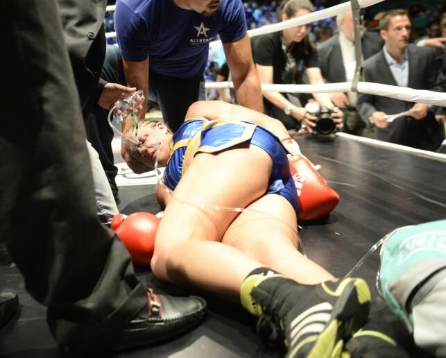 DRAMATISK: Den svenske bokseren Frida Wallberg tas hånd om etter at hun ble slått ut i kampen mot australske Diana Prazak om WBC-tittelen i superfjærvekt i Stockholm. Wallberg ble kjørt til sykehus, der det ble konstatert hjerneblødning. Foto: NTB Scanpix