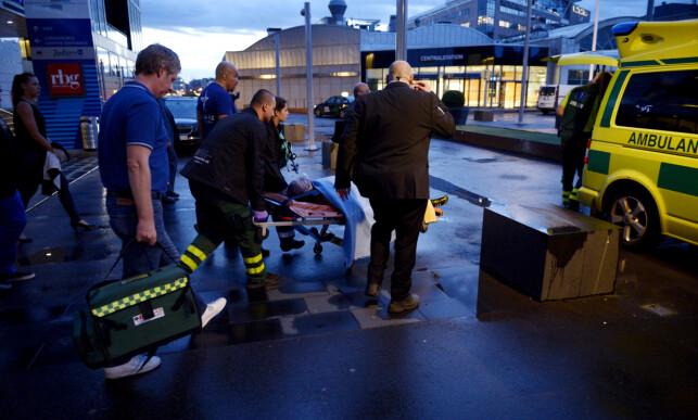 FRAKTET TIL SYKEHUS: Frida Wallberg på vei til sykehuset i Stockholm etter at kampen ble stoppet. Tilbake satt et sjokkert publikum. Foto: NTB Scanpix