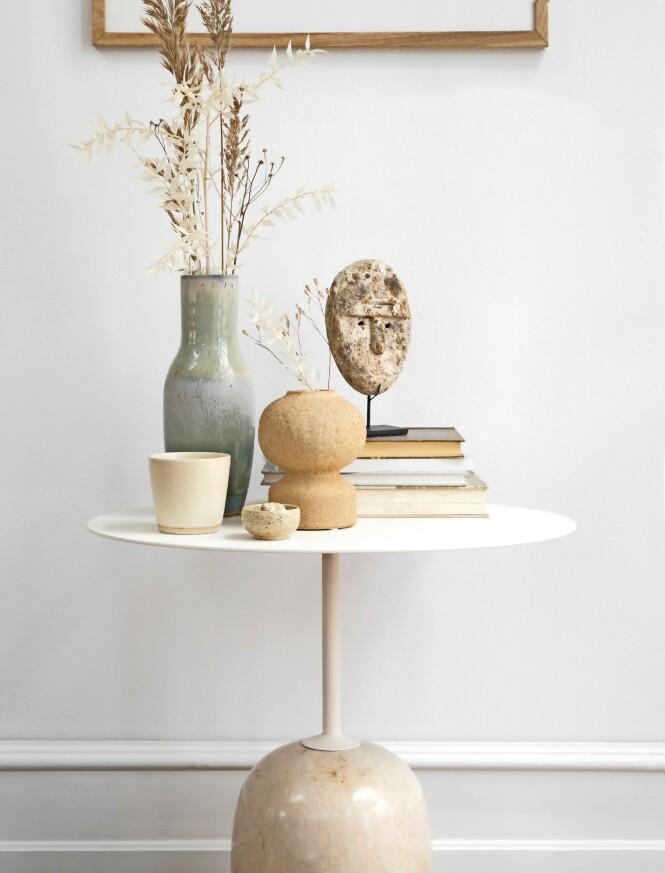 Bord (&tradition). Grønn vase (Stilleben). Maske på stativ (Beau Marché). Flettet boks (House Doctor). FOTO: Pernille Enoch