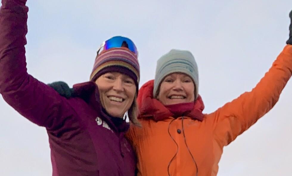 HISTORISK: Hilde Falun Strøm (53) og Sunniva Sørby (59) er de første kvinnene som har overvintret, uten noen menn i følget sitt, i hytta Bamsebu på Svalbard. Foto: Privat/Hearts in the ice