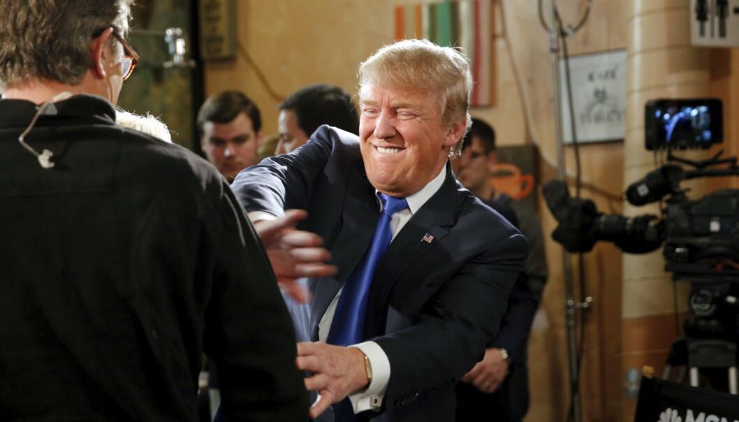 SPØKER: Donald Trump, da presidentkandidat for republikanerne, spøker med TV-vert Joe Scarborough etter at han lot seg intervjue av Scarborough og kona i 2016. Foto: Reuters / Scott Morgan
