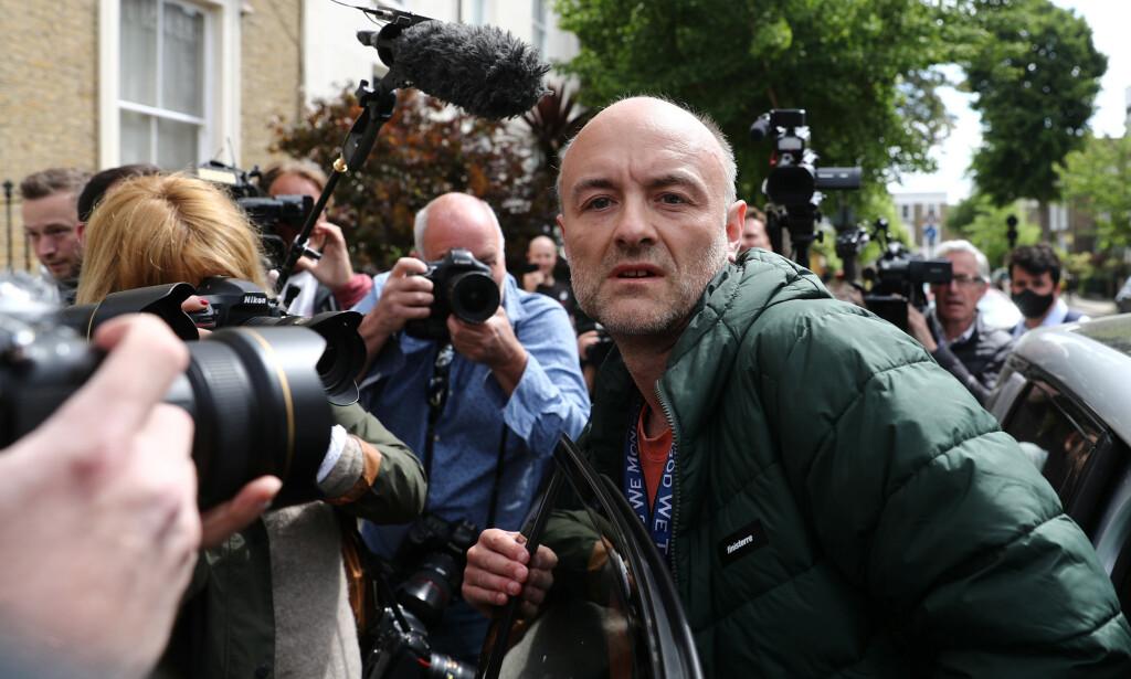 MEDIA: Karantenebruddene har fått stor oppmerksomhet i media. Her forlater Cummings sitt hjem i London, med et pressekorps hakk i hæl. Foto: Reuters / Simon Dawson
