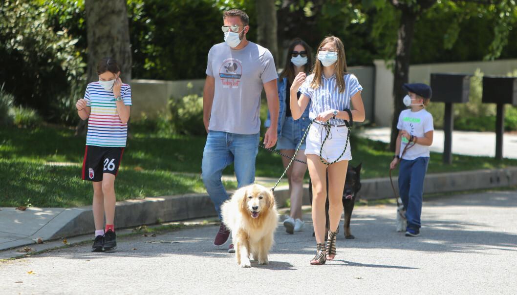 INTRODUSERT FOR BARNA: Ben Affleck og kjæresten Ana de Armas (bak) ble nylig observert gå tur sammen med hans tre barn. Foto: NTB scanpix