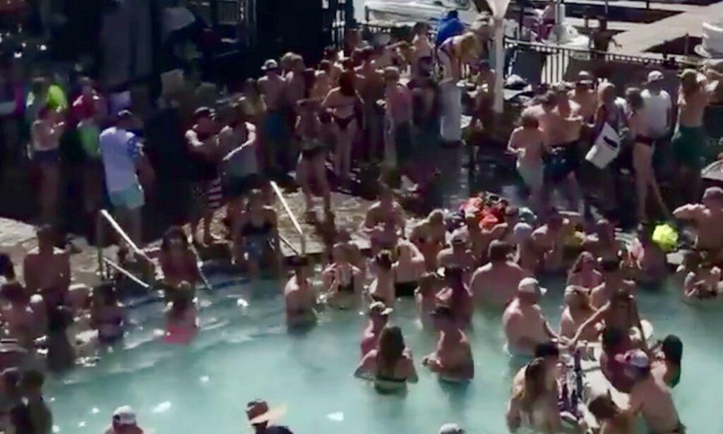 image: Nær 100 000 corona-døde stopper ikke festen