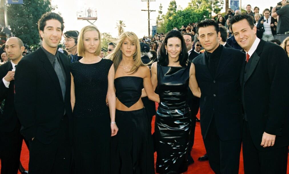 GLADNYHET: De siste månedene har det vært stor usikkerhet rundt om den planlagte «Friends»-gjenforeningen vil finne sted på grunn av coronapandemien. Nå avslører Lisa Kudrow svaret. Her sammen med resten av casten under SAG Awards i 1999. Foto: NTB Scanpix