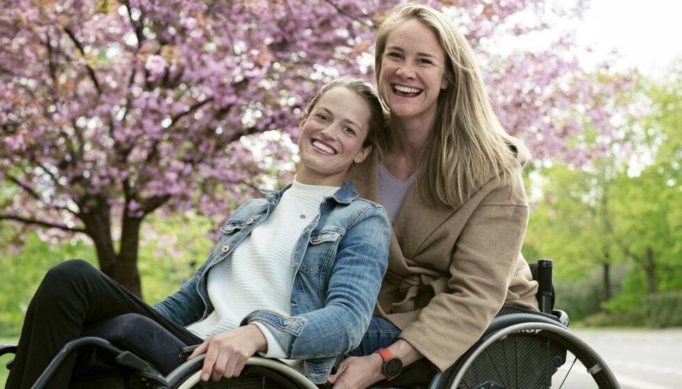 """SPESIELT VENNSKAP: """"Hei hei, hvem er du som ligger i den stripete skjorta?"""" tenkte Birgit Skarstein (31) for seg selv første gangen hun møtte Christine Utne (32) på Sunnaas sykehus. Samtidig visste hun at de allerede delte et helt spesielt fellesskap. FOTO: Astrid Waller"""