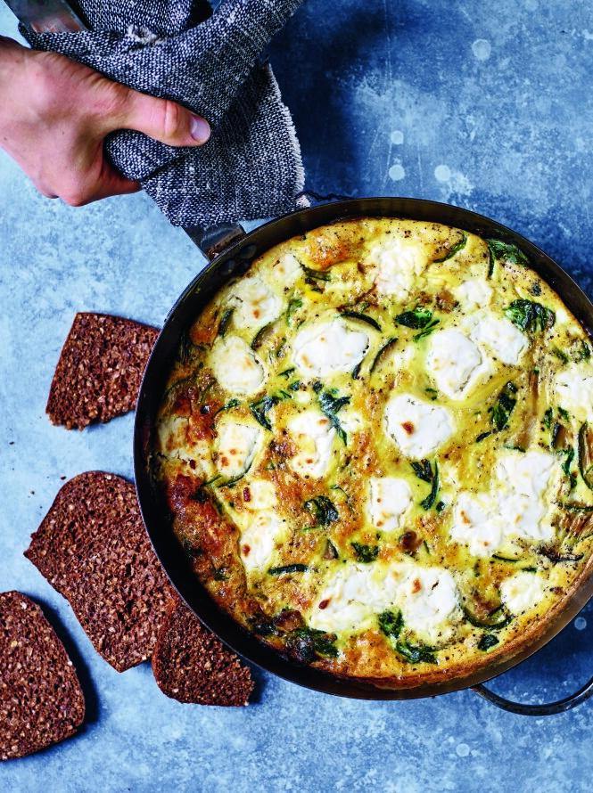 Hvis du ikke har en panne som tåler å bli satt i ovnen, kan du bake omeletten i en ildfast form etter at du har stekt grønnsakene. FOTO: Nina Malling