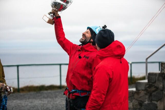 NORGES TØFFESTE: Jon Almaas mottok både et trofé og en bil på Nordkapp. Enn så lenge har han bare førstnevnte hjemme. Foto: Haakon Lundkvist / Discovery