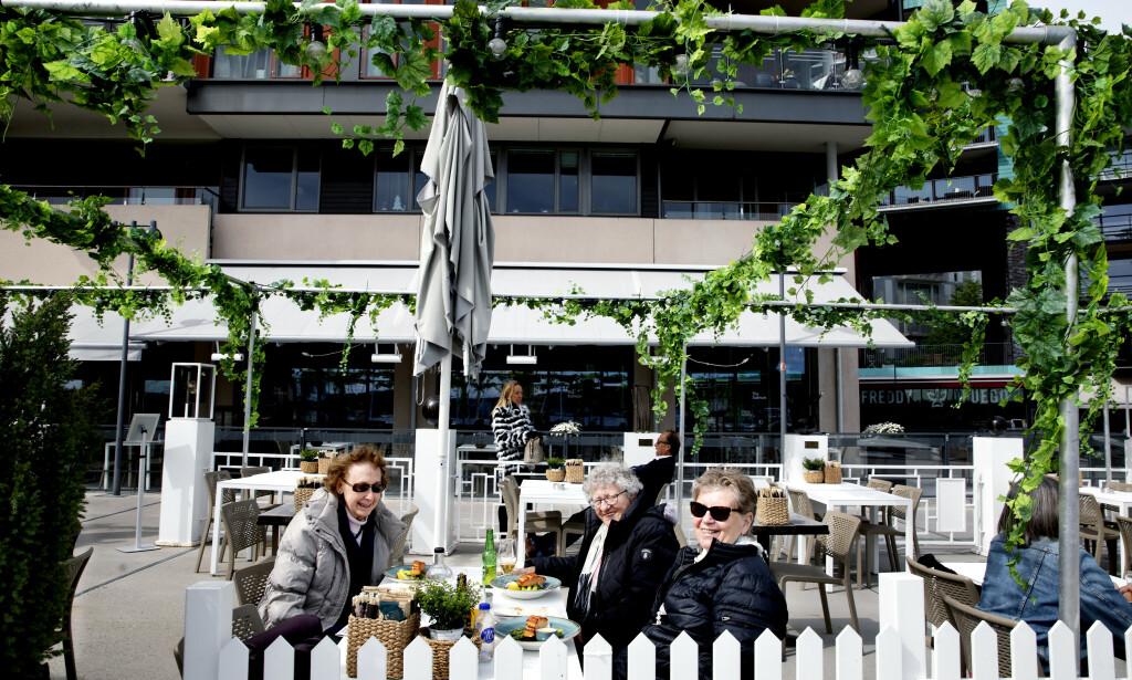 SOSIAL SAMLING: Anne Kristine Edwardsen (t.v.), Eva Kristine Eriksen og Lizzie Nilsen møtes rett som det er for sosial hygge. Alle synes at frivillig arbeid er positivt, men akkurat nå er det bare Anne Kristine som har et oppdrag.