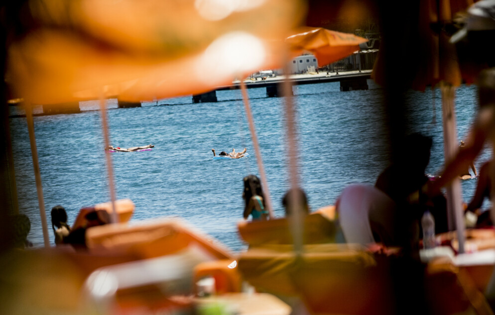 FERIEDRØM: Sol og bading på greske ferieøyer som her fra Kos i fjor må byttes ut med Norges-ferie i 2020. Men fortsatt er det mange som ikke vet om feriepengene kommer inn på konto. Foto: Christian Roth Christensen