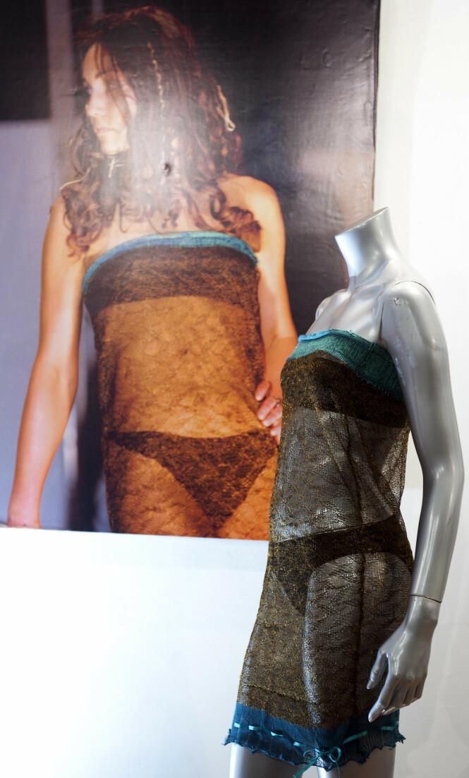 MOTESHOW: Dette er kjolen som vippet prins William av pinnen. Den bar Kate under et moteshow på St Andrews' University i 2002. Våren 2011 ble den auksjonert bort i London. FOTO: NTB scanpix