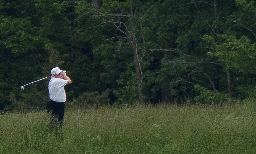 PÅ GOLFBANEN: USAs president, Donald Trump, brukte tid på å spille golf i helgen. Foto: REUTERS/Tom Brenner