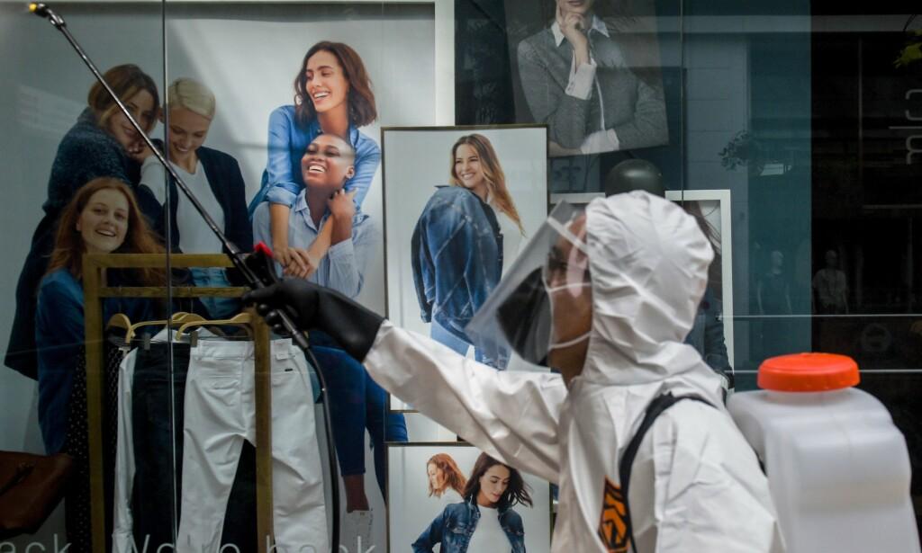 TIDLIG UTE: En arbeider desinfiserer et kjøpesenter i Medellin, Colombia. 25. mai fikk tre kjøpesentere i byen åpne igjen. Nå vil myndighetene innføre et stempel som skal få turister til å reise til landet. Foto: AFP.