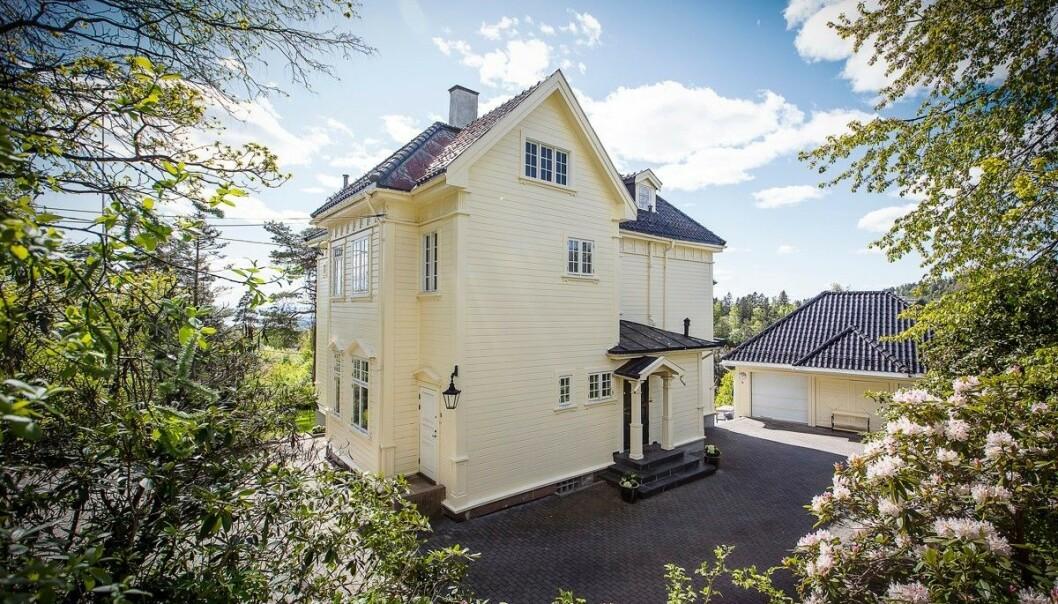 <strong>UTSIKT:</strong> Villaen har en tomt på nær 3,8 mål. Nå håper Rytter at nye eiere vil utnytte eiendommens potensial. Foto: Studio Oslo