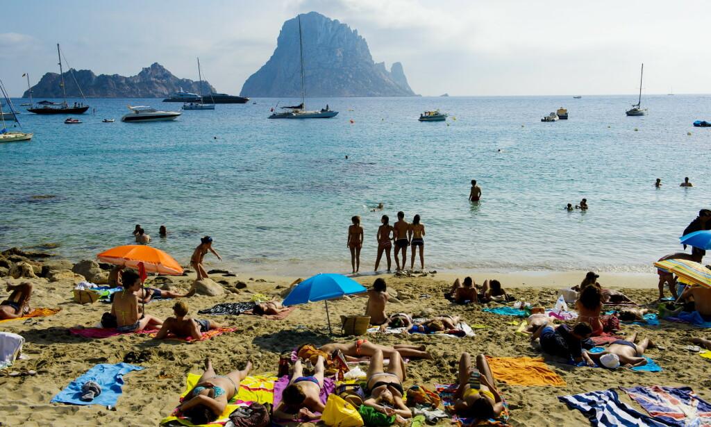 IKKE I ÅR: Coronarestriksjonene har ført til en kraftig nedgang i antall reiser. I år har nordmenn blitt bedt om å feriere i eget land. Dermed har alle planer om late sommerdager på en strand i Syden, som her på Ibiza, blitt lagt på is. Foto: John T. Pedersen / Dagbladet