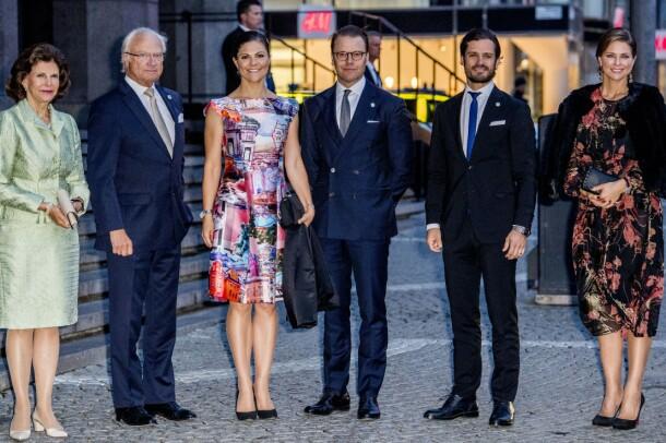 MED FAMILIEN: Prins Carl Philip (nr. fem f.v.) sammen med dronning Silvia, kong Carl Gustaf, kronprinsesse Victoria, prins Daniel og prinsesse Madeleine i 2017. Foto: REX/ NTB scanpix