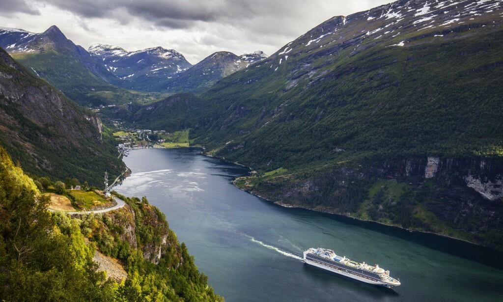 KJØRER FORBI: I sommer skal NRKs nye sakte-tv-satsing, «Sommerbilen», innom blant annet Geiranger. Foto: NTB Scanpix