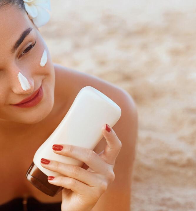 SMØR RIKTIG: Smør deg før du går ut i solen, og så gjerne igjen etter en time. Foto: NTB Scanpix