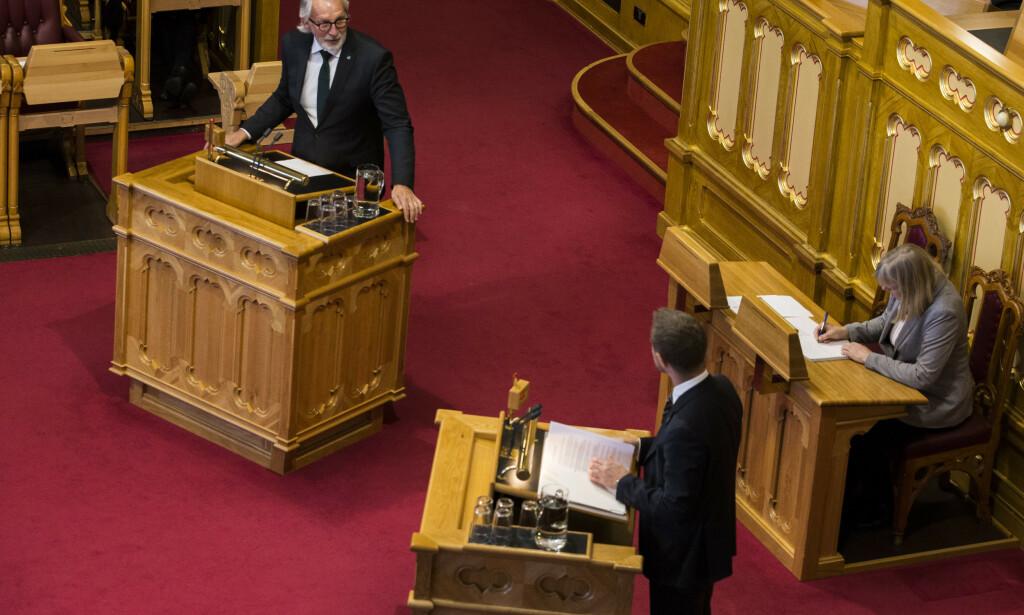 Oslo  20171025. Carl-Erik Grimstad (V) stiller spørsmål til statsråd Bent Høie (H) under Stortingets spørretime. Foto: Mariam Butt / NTB scanpix