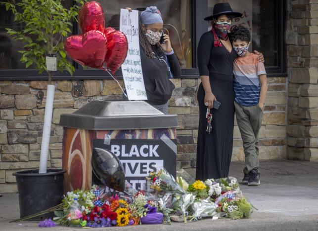 SØRGER: Flere har lagt ned blomster der hendelsen skjedde. Foto: Elizabeth Flores/Star Tribune / AP / NTB scanpix