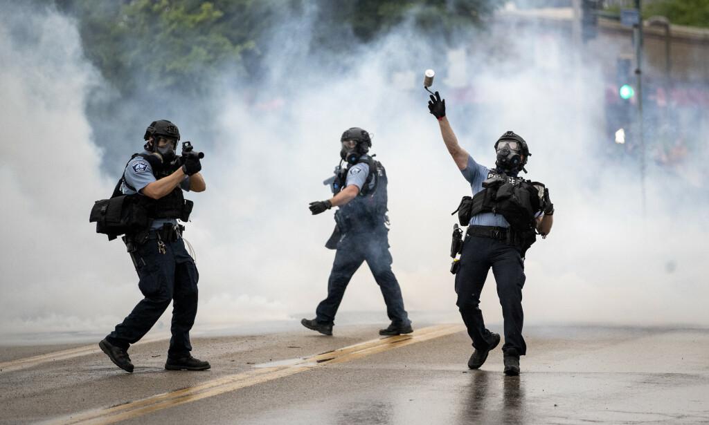 TÅREGASS: Politiet kaster tåregass mot demonstrantene i Minneapolis. Foto: Richard Tsong-Taatarii/Star Tribune via AP